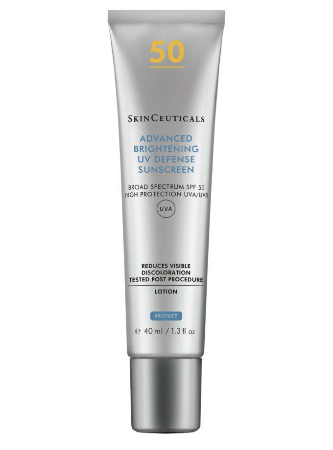 Se muestra el envase plateado del Skinceuticals Advanced Brightening UV Defense SPF 50. Es un bloqueador solar que previene y corrige la hiperpigmentación y el envejecimiento prematuro.