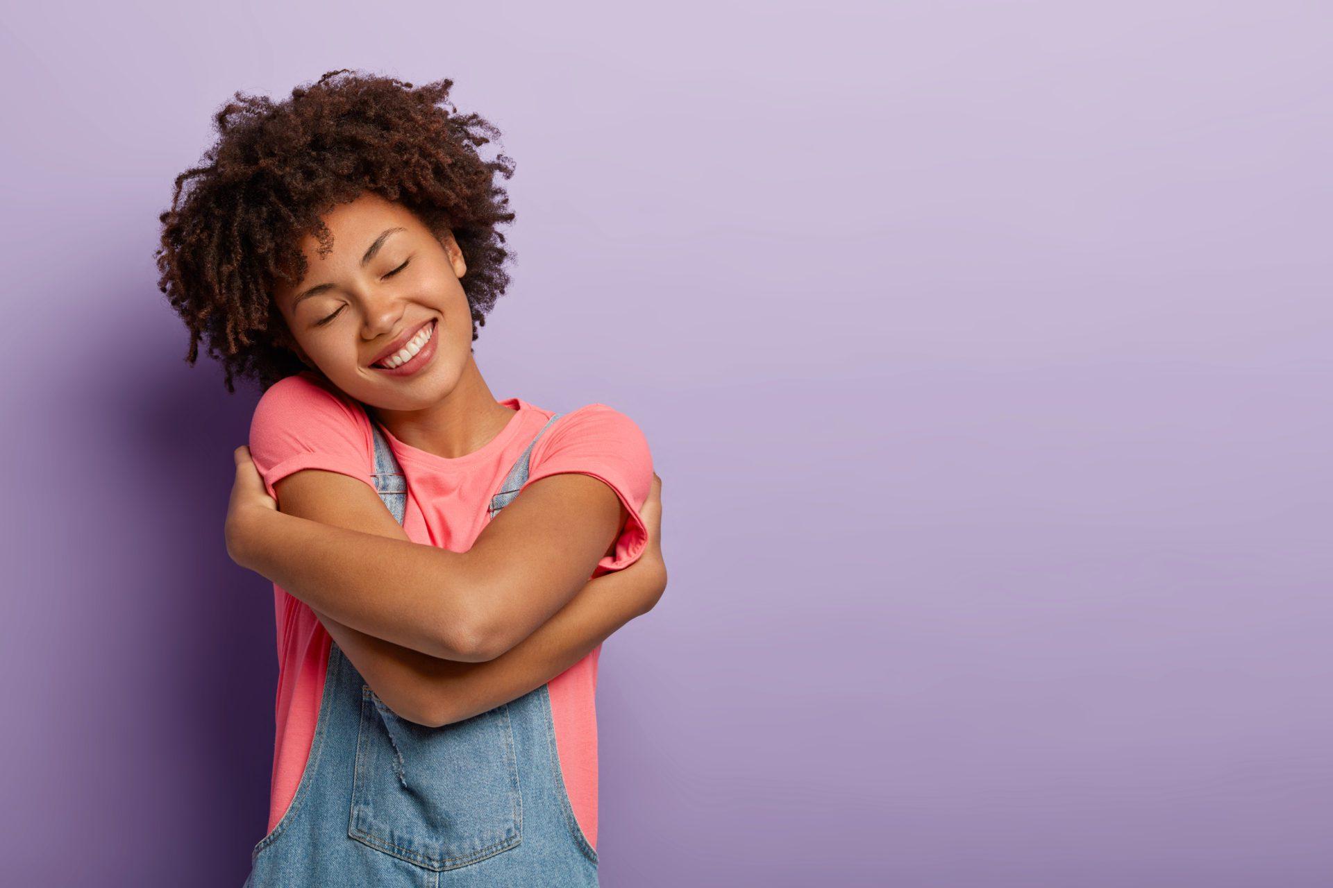 amor propio persona abrazándose
